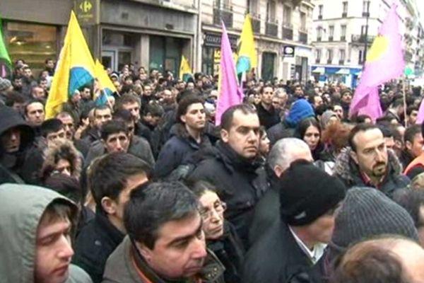 Plusieurs centaines de kurdes sont rassemblés devant le centre d'information du Kurdistan rue Lafayette à Paris
