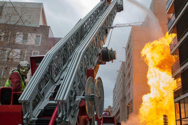 Une centaine de pompiers a été mobilisée pour éteindre ces flammes de plus de 20 mètres de haut.