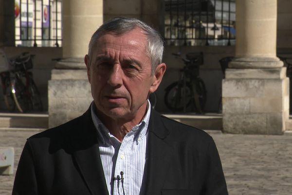 Alain Giresse dans la cour de l'Hôtel de ville de Bordeaux avant la réunion entre supporters et dirigeants des Girondins de Bordeaux ce mercredi 17 mars