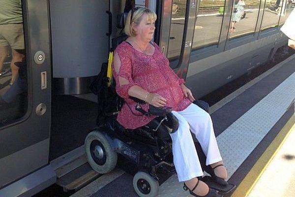 Lunel (Hérault) - les handicapés circulent dans la gare SNCF grâce aux aménagements spéciaux - juillet 2014.