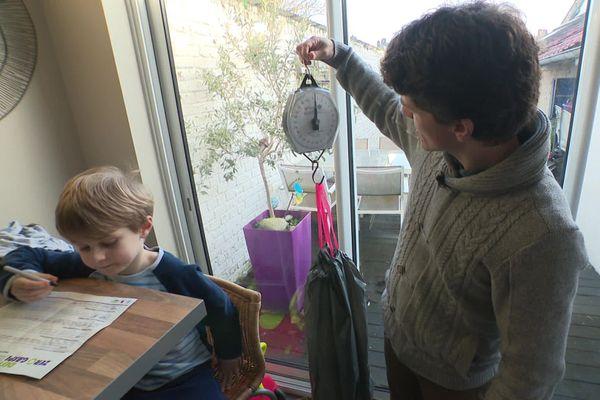Pour le défi zéro déchet, Geoffroy Caplain et son fils pèsent chaque jour leur poubelle puis notent leur progression