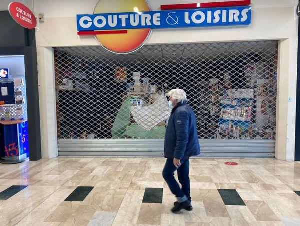 Un magasin fermé dans le centre commercial Grand Quartier (Saint-Grégoire) déserté de ses clients