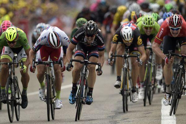 Le Slovaque Peter Sagan, portant le maillot vert du meilleur sprinter, le Norvégien Alexander Kristoff, l'Allemand John Degenkolb, le Norvégien Edvald Boasson Hagen et l'Allemand Andre Greipel sprint devant la ligne d'arrivée au terme des 183 km de la 102ème édition du Tour de France, le 19 juillet 2015 entre Mende et Valence. Greipel gagnera l'étape.