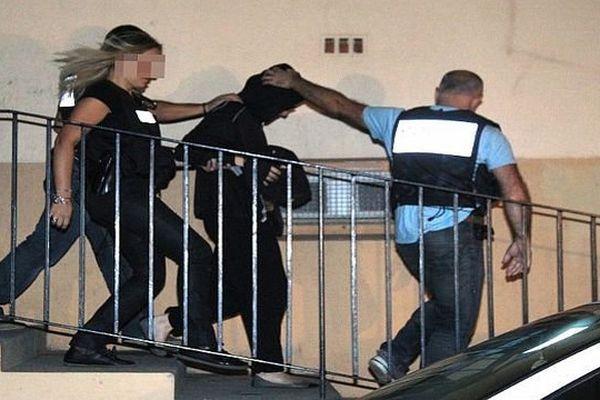Perpignan - Cécile Bourgeon, la mère de Fiona, interpellée à son domicile par des policiers - 25 septembre 2013.