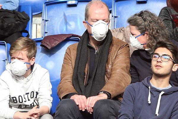 Contre le coronavirus, des supporters italiens équipés de masques, lors du match de football Lazio-Bologne, le 29/02/2020