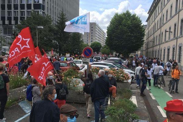 Syndicats et collectifs citoyens défilent dans les rues de Grenoble ce mardi 16 juin