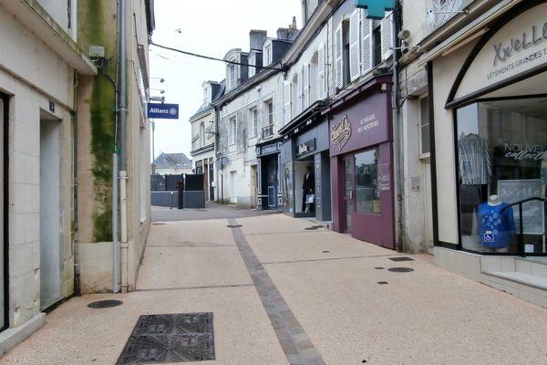 La rue piétonne commerçante de  Sablé-sur-Sarthe, le 17 mars 2020