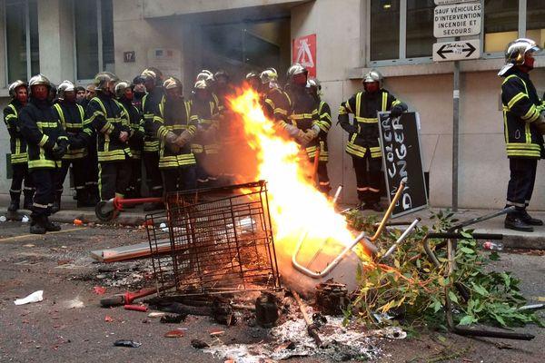 Après avoir incendié des palettes et des pneus, des manifestants ont envahi les locaux de l'état major, et détruits tables et chaises.