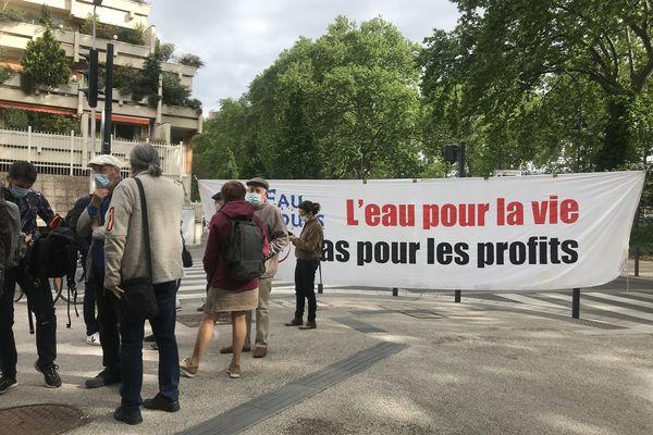 Des militants de l'association Eau Secours 31 devant le tribunal administratif de Toulouse pour soutenir les demandes d'annulation des contrats de gestion de l'eau signés par la Métropole avec les entreprises Véolia et Suez - 6 mai 2021.