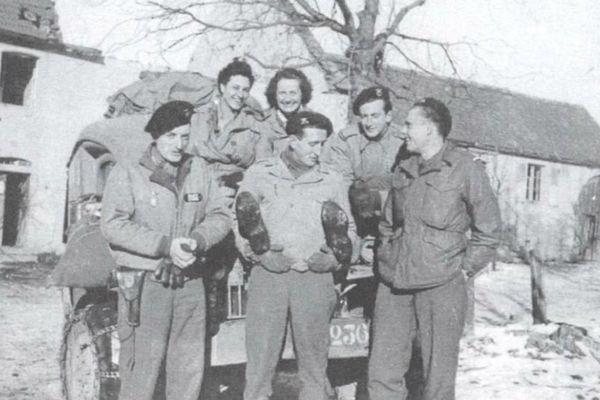 Michette Duhamel et Anne-Marie Davio en compagnie de soldats du 501e R.C.C., Alsace, 1944.