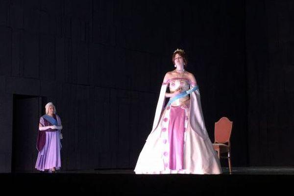 Anastasia et l'impératrice Marie prennent possession de la scène de l'opéra.