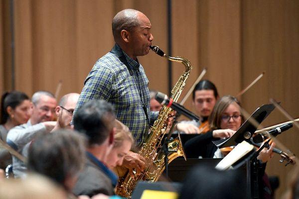 """Le saxophoniste américain Branford Marsalis interprète """"Black Bohemia"""" avec l'Orchestre Symphonique de Bretagne. Novembre 2018"""