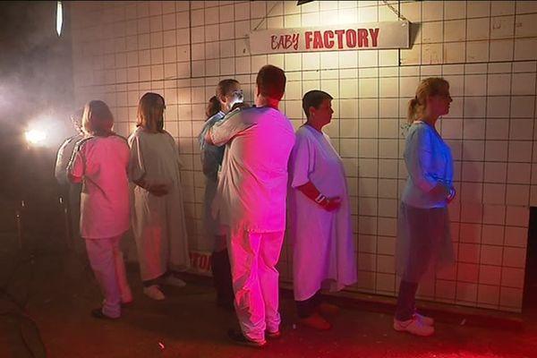 Le clip de Bradouchka met en scène une maternité qui fonctionne comme une usine