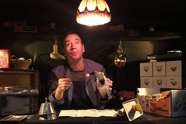 Jonas Thomas, artiste marionnette, est un génial réparateur de vieux appareils d'électroménager, il redonne vie sur scène à ses objets