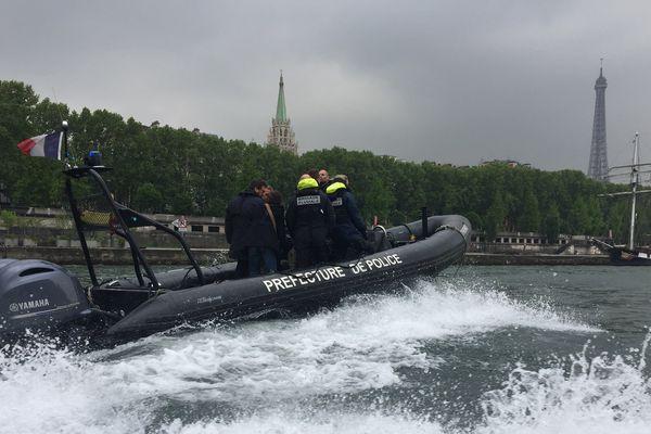 La brigade fluviale, sur la Seine.