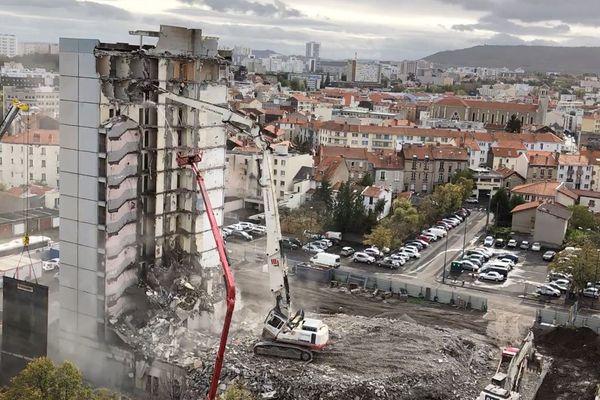 La pelle hydraulique de 37 mètres a terminé la phase de démolition par la tour est.