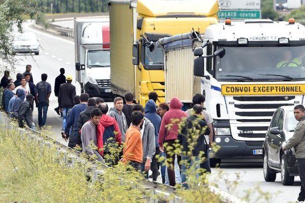 Des migrants tentant d'embarquer dans des camions pour franchir la Manche.