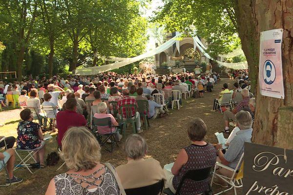 À Béhuard dans le Maine-et-Loire, les cérémonies du 15 août ont rassemblé un peu moins de 2 000 fidèles, répartis sur plusieurs messes.