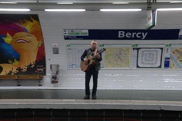 Un musicien du métro, à la station Bercy.
