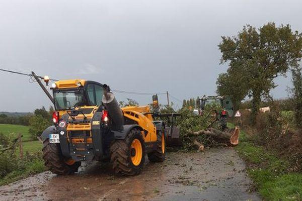 Le département de la Vendée n'était pas placé en vigilance orange, mais le passage des orages ce lundi 14 octobre a mis a mal de nombreux arbres, arraché la toiture d'une auto-école à Bellevigny, des écoles ont été inondées à La Roche-sur-Yon et Les Moutiers-les-Mauxfaits