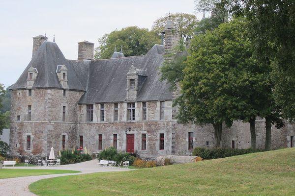 Dans la Manche, non loin de Coutances, un ciel entre nuages et soleil sur le château de Cerisy-la-Salle.