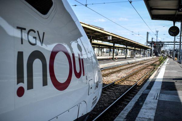TGV en attente en gare - Illustration.
