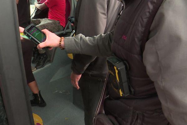 Les agents vérificateurs du réseau de transports urbain de l'agglomération rouennaise sont désormais équipés de caméra portative. / © France 3 Normandie