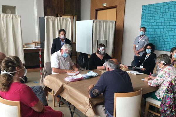 Dépouillement des bulletins de vote à Saint-Nazaire, à l'occasion du second tour des municipales, le 28 juin 2020