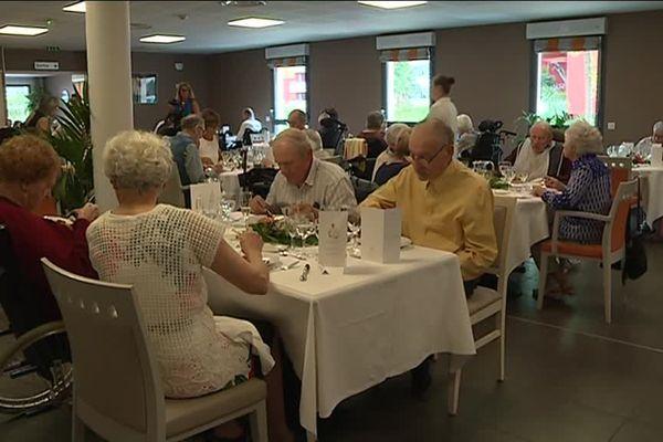 Les résidents de l'EHPAD ainsi que leurs proches ont pu profiter du repas gastronomique servi par le chef étoile François Adamski.