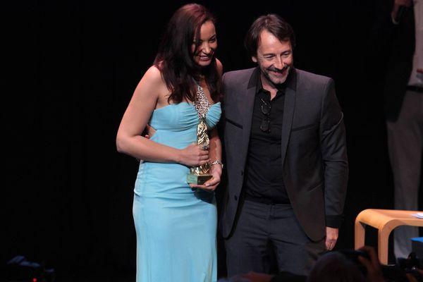"""Much Loved"""", de Nabil Ayouch, remporte le Valois d'or 2015. Son actrice principale Loubna Abidar remporte le Valois de la meilleure actrice. Ici avec Jean-Hugues Anglade le président du jury du FFA lors de la remise des prix."""
