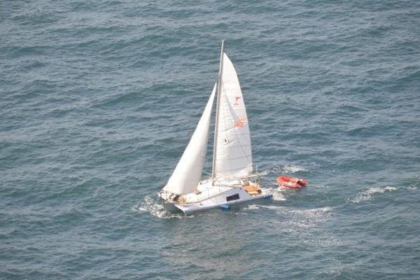 Le catamaran en difficulté avant l'intervention des secours