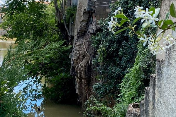 La terrasse et une partie de la cuisine d'un des immeubles se seraient effondrées dans la rivière d'après des voisins.