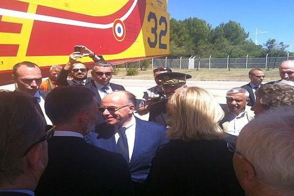Nîmes-Garons (Gard) - Bernard Cazeneuve en visite. Le ministre de l'Intérieur a rencontré les personnels de la Sécurité civile - 31 juillet 2014.