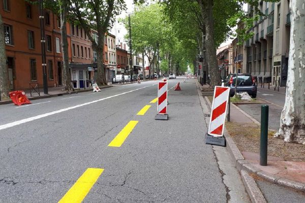 Depuis le jeudi 23 avril l'avenue Etienne Billières à Toulouse a vu une voie de circulation dans chaque sens réservée aux deux-roues.