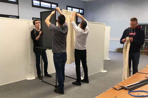 Installation des isoloirs dans un bureau de vote rennais.