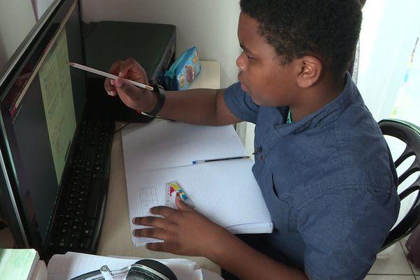 Duvern, 13 ans, suit des cours à distance depuis la fermeture de son collège à Montataire, dans l'Oise.