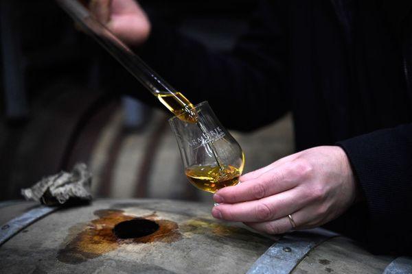 Le PDG de la distillerie Warenghem, David Roussier remplit un verre Armorik, du nom de son whisky.