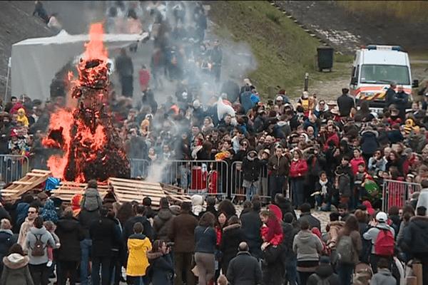 Comme chaque année, Pétassou a été jugé et brûlé. Mais cette année, pas de déambulation