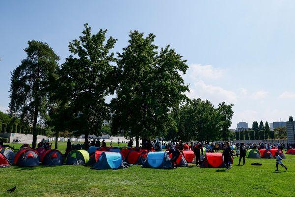 """Les 1200 sans-abris en """"situations administratives très diverses"""", selon le ministère de l'intérieur, réunis au Parc André Citroën, ont été évacués samedi 4 septembre 2021. Cinquante d'entre eux ont été transférés en Haute-Vienne."""