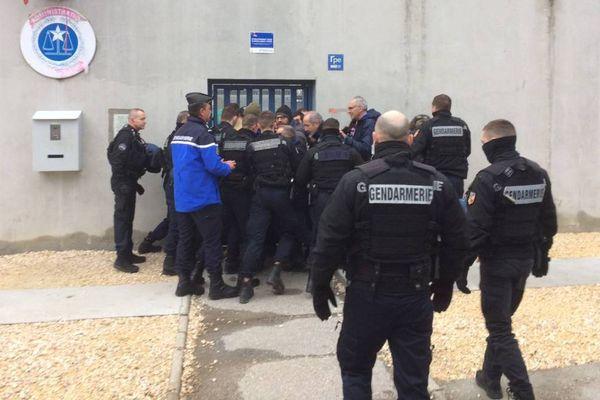 Une quinzaine de surveillants ont bloqué l'entrée de la prison de Varces ce jeudi 18 janvier 2018.  Une vingtaine de gendarmes a procédé à leur évacuation en milieu de matinée.