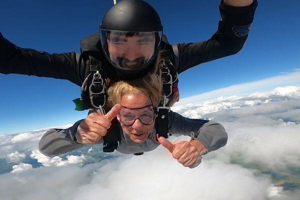 Yvette Benazera et son instructeur Cédric Maurice en plein saut en parachute lundi 28 juin 2021