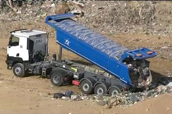 22/09/15 - Dernières rotations des camions d'ordures ménagères à Viggiannello (Corse-du-Sud), dont le centre d'enfouissement arrivé à saturation, fermera ses portes mercredi.