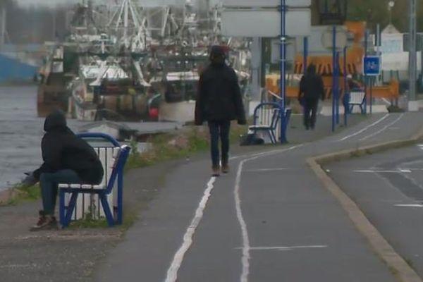 Des migrants dans le port de Ouistreham
