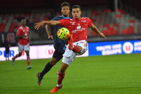 Le milieu de terrain brestois Romain Faivre (en rouge) ce dimanche 30 août au stade Francis Le Blé à Brest. Derrière le défenseur marseillais Boubacar Kamara.