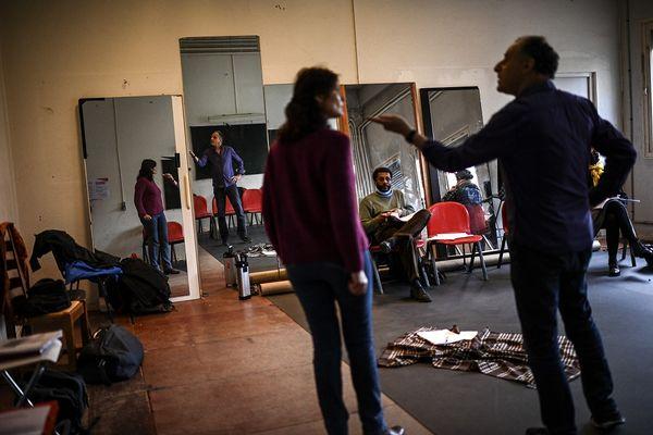 Répétitions dans une salle de classe du Théâtre de Verre.