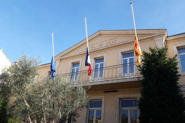La mairie de Plan-de-Cuques a mis ses drapeaux en berne en hommage à Samuel Paty.