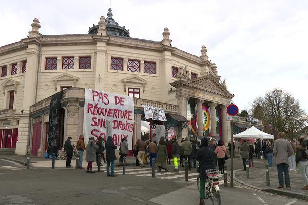 Mobilisation des intermittents du spectacle devant le cirque Jules Verne à Amiens le 11 avril 2021