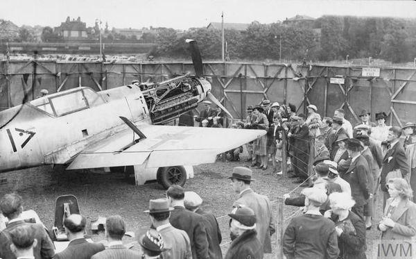 La foule se presse, en août 1940, à Croydon, autour du Messerschmitt Bf109 de Werner Bartels.