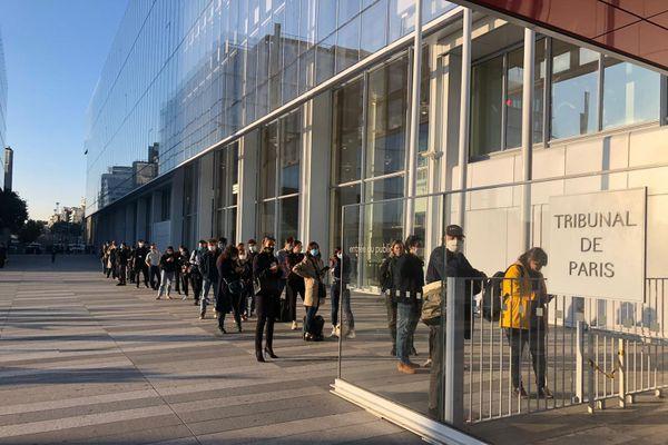 Une longue file d'attente d'étendait déjà devant le tribunal dès 8h ce mercredi matin.