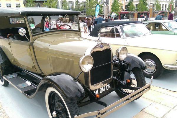 Des voitures de plus de 30 ans sont exposées place de Jaude toute la journée du samedi 1er juillet